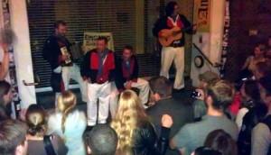 Die Pressgëng am Eingang eines Trödelmarkts während eines nächtlichen Konzerts